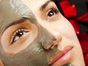 maska-dla-lica-iz-hornoj-glinu-preobragaet-kogy-300x225